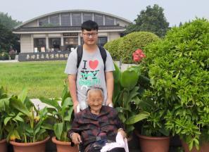 """周口淮阳26岁小伙赵倧推97岁奶奶旅游: """"你陪我长大,我陪你变老"""""""