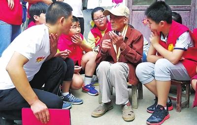 漯河籍98岁中国远征军抗战老兵王林申享受晚年幸福 每天看电视写日记 喜欢喝点啤酒