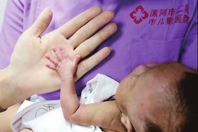 出生时仅780克 漯河一早产儿接受治疗70天后回家和家人团聚