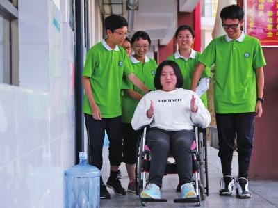 洛阳一中学为高位截瘫学生安排特殊宿舍 方便其妈妈陪读