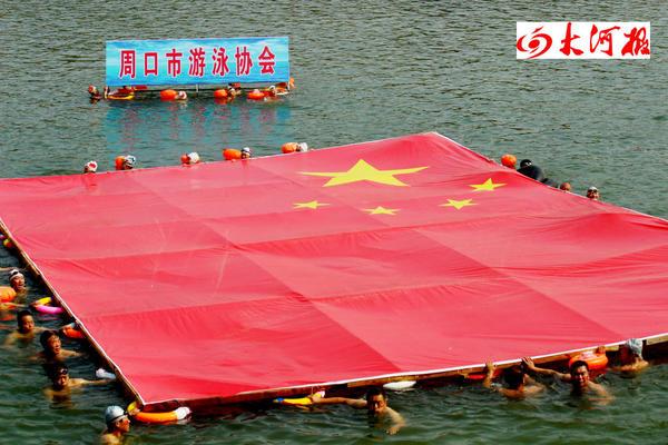 场面壮观!周口游泳爱好者带着巨幅国旗下河了