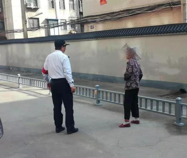 老人从新密来郑州找女儿迷路街头 他们花费俩小时联系上老人女儿