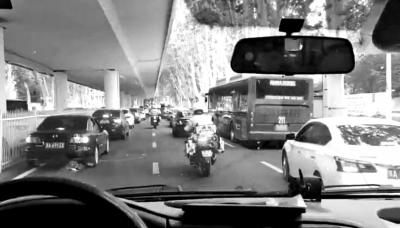 """暖!急救车遇到国庆假期返程高峰 郑州交警""""火力全开""""护送保通"""