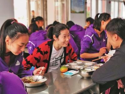 """回家的朱婷:与自己的昔日队友、教练一起吃饭叙旧 大明星也成""""小闺女"""""""