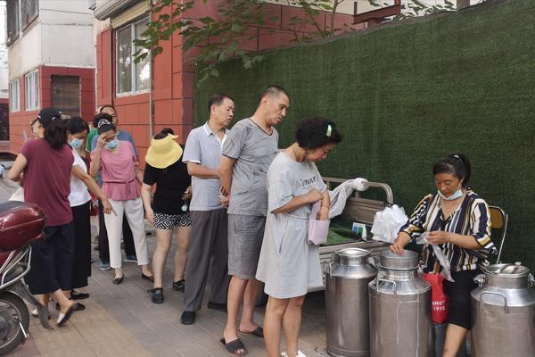 奶贩牵羊上街现挤现卖!郑州市民排长队购买,专家:病菌多,最好别喝