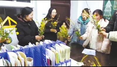 洛阳一所乡村中学5名学生山中采野花送给全校女老师